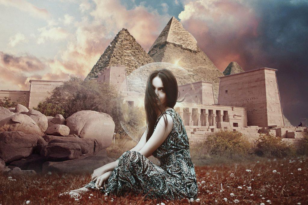 femme-egyptienne-devant-les-pyramides